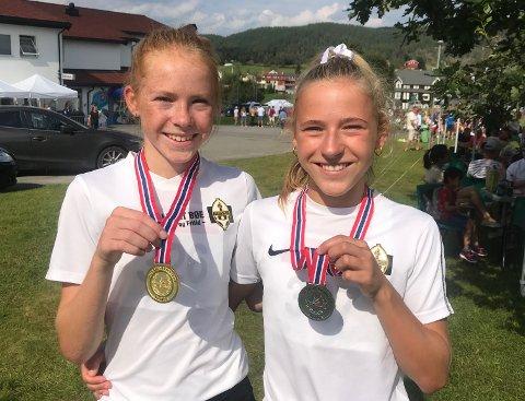 MEDALJEGROSSISTER: Søstrene Ina (t.v.) og Maren Halle Haugen kunne dra hjem fra junior-NM i friidrett med flere medaljer. På 3.000-meteren var førstnevnte best. Hun vant gullet foran søsteren, som sikret sølvet.