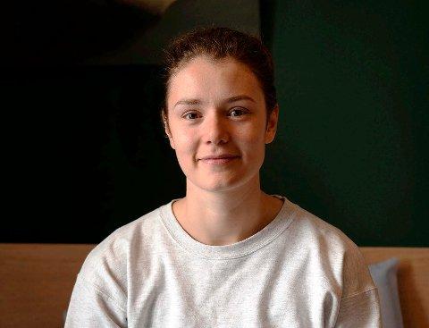 MYE USIKKERHET: Henriette Berg (22) har bodd sammen med kjæresten og hans foreldre i London de siste månedene, på grunn av koronasituasjonen. Hun vil imidlertid tilbake til Edinburgh igjen, for å fullføre jusstudiene. Men det er fortsatt mye usikkerhet knyttet til kommende skoleår. – Det er kjipt at man ikke vet hva som skjer. Man må bare vente og se, men det gjør at man får et ekstra lag med stress over seg, sier hun.