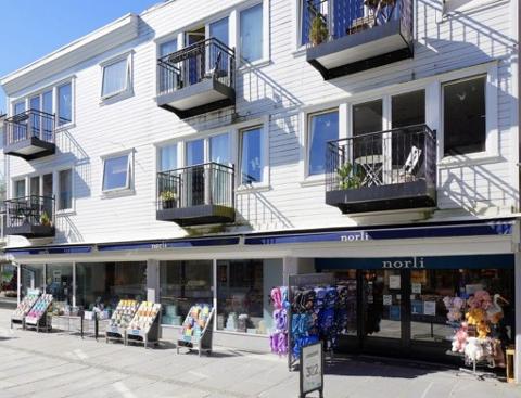 Det er leiligheten med balkongen nederst til venstre som er til salgs.