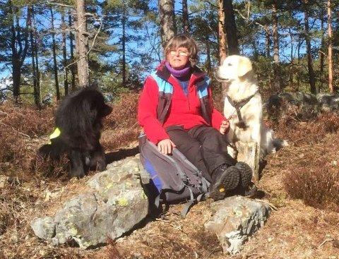 MED GUTTA: Liv Andresen på en noe varmere tid av året med sine hunder Bonzo (til venstre) og Bamse. Nå ber hun folk ta hensyn og ikke smelle av fyrverkeri utenom «kjernetiden» mellom klokka 18.00 og 02.00 på nyttårsaften. Den finske lapphunden Bonzo er svært redd for de høye smellene.