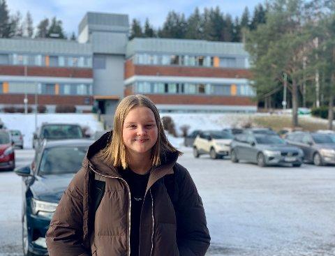 TØFT: Lise Kristine Kolberg (17) jobber jevnt og trutt med skolearbeid, men det er tøffere på videregående.