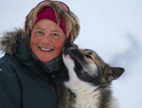 UTE-KVINNE: May Birkeland trivst aller best under åpen himmel – saman med dei tre hundane sine.