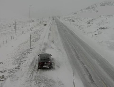STENGD: Riksveg 52 over Hemsedal er stengd. Biletet er frå webkameraet til Statens vegvesen ved Breistølen, i retning Borlaug.