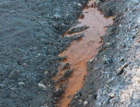 Vannet langs Bokerøyveien var tydelig misfarget da Svelviksposten tok dette bildet tidligere i år. De siste prøveresultatene viser at tilstanden i bekken er dårlig.