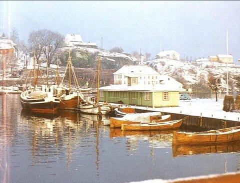 NOSTALGI: Mange husker fortsatt fiskebasaren som sto på rådhusbrygga i Brevik. Den ble brent ned da brygga i sin tid skulle utbedres.