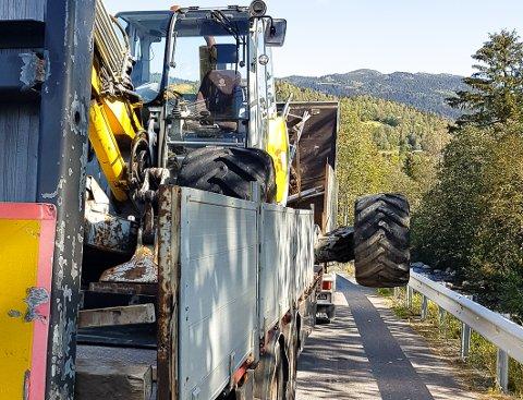 UTENFOR: Hjulene på traktoren som sto på hengeren var av det brede slaget.