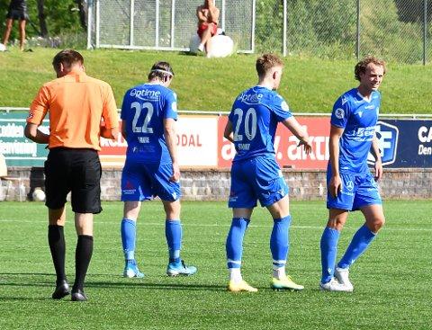 PUTTA PÅ TO: Jørgen Voilås (20) puttet på to i 2. omgang. Her gratuleres han av den tidligere Vidar-spilleren Sjur Lothe som viste fine takter med både offensive og deffensive kvaliteter.
