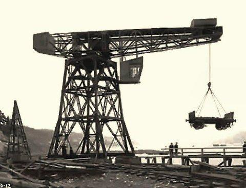 Store, tunge løft: I de første årene kom det aller meste, stort og smått, sjøveien til Notodden. Iblant var det snakk om meget tunge løft. Både jernbanevogner, lokomotiver og deler til Tinnsjøferjene kom til Notodden på denne måten. (Foto: Hydro / NIA).