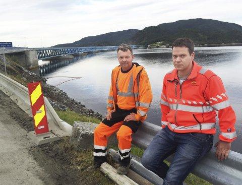 I dypet: Bjørnar Vatn (til venstre) og Arnt Inge Ødegård var alvorlige, men lettet over at ingen ble skadd da gravemaskina skled ut i sjøen mandag.