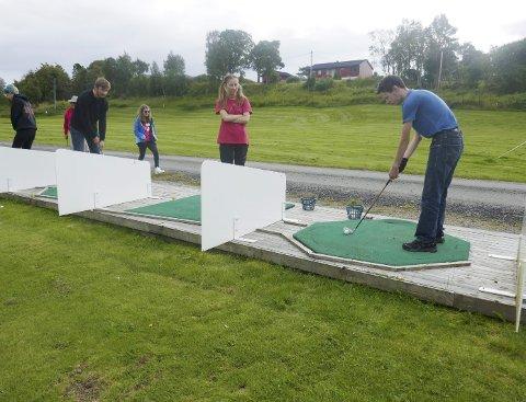 Fritidsaktivitet: Golf er artig, mener Håkon Solli Brokstad. Her øver han utslagsteknikk sammen med Petter Håland og Alida Nesje Borvik.