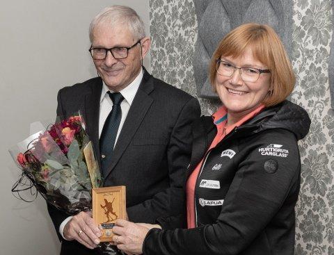 GULL: Johs. Vaag er tildelt skiskytterforbundets hederspris i gull, som visepresident Lisbeth Gederaas kom til Surnadal for å dele ut. Vaag er den første i landet som tildeles gullvarianten av prisen.