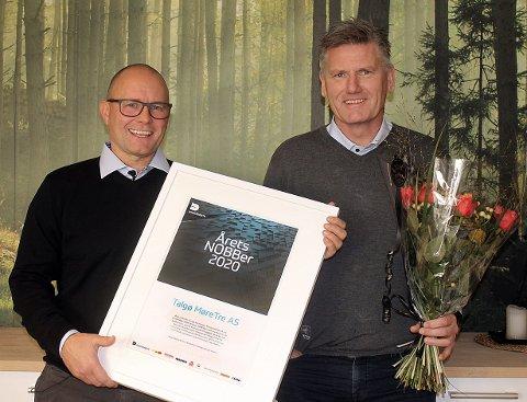 GLADE GUTTER: Bjørnar Brøske og Bjørn Hauglann i Talgø MøreTre med beviset på at bedriften er årets «Årets NOBBer».
