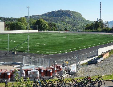 Det er ikke lov å spille fotball selv om selve kunstgressbanen ligger klar til bruk.