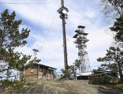 Viktig anlegg: På toppen står det en gammel og ny mast ned forskjellige sendere. Den velkjente TV-masta kom på plass i 1961, året etter at fjernsynet ble offisielt åpnet i Norge.