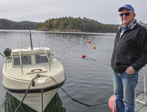 Hobbyfisker: Brian Jonassen er ikke i tvil om at det er mindre fisk å få enn før. Hobbyfiskeren synes det er greit med fiskeforbud i torskens gytetid, men er mot det totale fiskeforbudet i Tvedestrand.Foto: Mette Urdahl