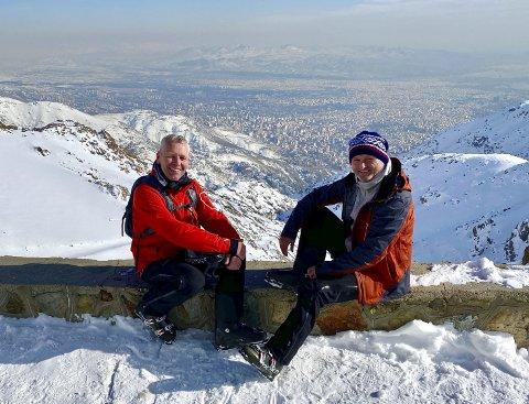 Reiselystne: Lars Valle (t.v) og Tore Johansen liker å farte rundt i verden. Her er de i Iran nå i februar. Dette bildet er tatt i Touchal. Tore og Lars tok en 12 kilometer lang gondolbane fra Tehran og opp i fjellet. De stod også på ski i Darbandsar i Iran.  Foto: Privat
