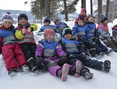 Frisk luft: Unger fra Ulnes og Vestringsbygda koser seg ute, før de skal inn og skape.