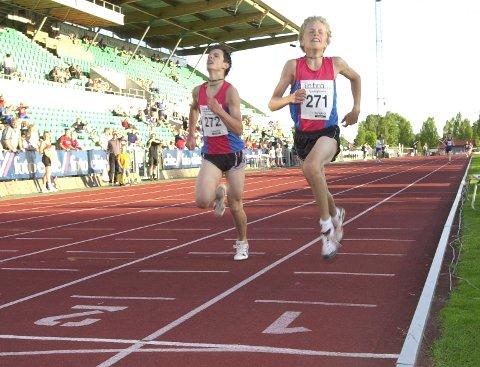 BEST I LANDET. Hans Christer Holund og Glenn Edvardsen var Norges beste på mellomdistanseløp i sin aldersklasse i flere år. Her kjemper de om seieren på 800 meter under Tyrvinglekene 14. juni 2002.