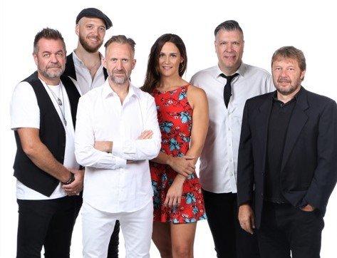 HYLLER TEIGEN: Bandet består av Egil Johnsrud på trommer, Per Henning Hansen på gitar og kor, Rune Bergflødt på bass og kor, Fredrik Fernando Nilsen, Keyboards og kor, Charlotte Isabell Nilsen, sang, kor og diverse rytmeinstrumenter.