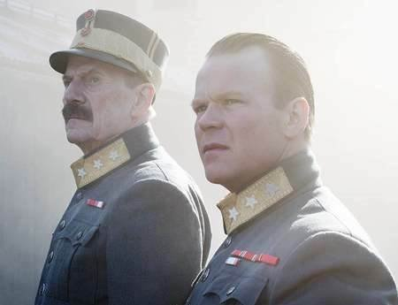 Storfilm: Anders Basmo Christiansen (til h.), som spiller kronprins Olav, kommer til Oscarsborg. Her med Jespen Christensen som spiller kong Haakon.