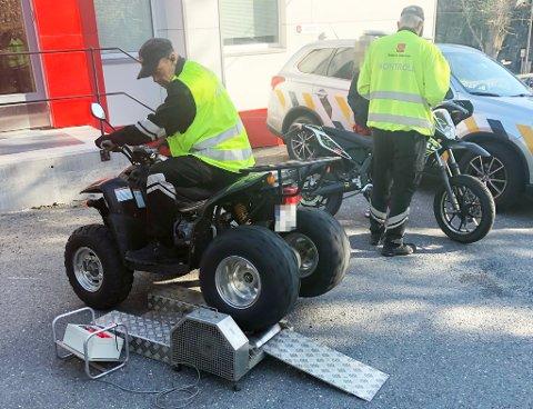 Her kontrolleres mopedene av Statens vegvesen mandag.