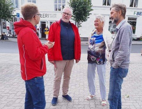 Helga Arntzen og Uwe Arntzen i Aktive Fredsreiser møtte stortingsrepresentant Tellef Inge Mørland og ordfører Per Kristian Lunden i Risør lørdag. Arbeider fortsetter for å sikre videre drift for den viktige virksomheten i Risør.