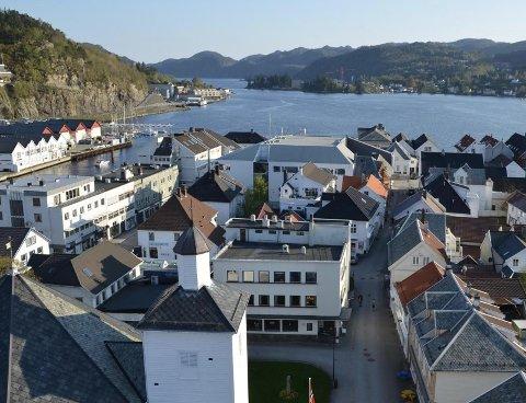 SETT FRA OVEN: Mange av byggene i Flekkefjord har tre etasjer med en inntrukket fjerde etasje, fylkeskommunen vil endre en slik bestemmelse i bykjerneplanen til at innenfor den bevaringsverdige bebyggelsen i bykjernen bør de eksisterende gesims- og mønehøydene beholdes.