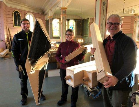 ORGELBYGGERE: Snekker Anton Lautenschlager,  orgelbygger Julia Bender og orgelbyggmester Norbert Bender er ferdige med jobben i Hidra kirke. Søndag formiddag blir det invielse av orgelet. Foto: Svein Harald Olsen