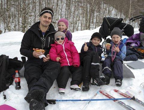 HOTDOG-PAUSE: Endre Romarheim, Andrea (3), Nora Mathilde (6), Lukas (7) og Aron (4) koser seg i snøen.