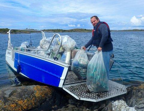 PRAKTISK: Båten til Espen Søreng kan ta seg fram på de aller fleste holmer og øyer, noe som er veldig praktisk for både sauedrift og søppelinnsamling.