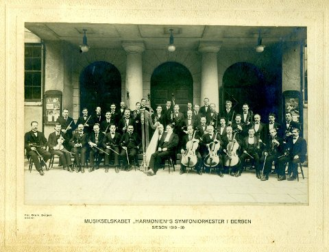 Bergen Filharmoniske Orkester i 1919. Dette var året orkesteret for alvor ble profesjonalisert og mottok pengestøtte fra Bergen kommune.