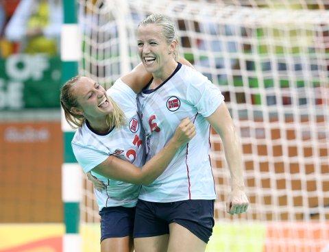 Camilla Herrem og Heidi Løke feirer OL-bronsen.