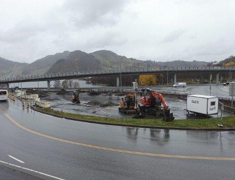 Statens vegvesen er i gang med å bygge ny innfartsparkering ved E 39 i Vågsbotn i Åsane.          FOTO: BENTE-LINE SVELLINGEN