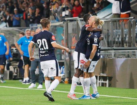 Strømsgodsets Lars-Jørgen Salvesen feire sitt 1-1-mål mot Sarpsborg 08 hjemme på Marienlyst stadion. Foto: Terje Bendiksby / NTB scanpix