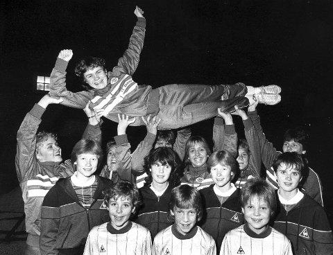 Pionerarbeid: På 1980-tallet slo norsk damefotball ut i full blomst, og landslaget ble et av de beste i verden. En av de store stjernene var Sandvikens Trude Stendal, som scoret begge målene da Norge i 1987 tok EM-gull på hjemmebane etter å ha slått Sverige 2–1. Her blir hun løftet frem av spillere i klubben noe før EM tok til. ARKIVFOTO: TRYGVE HILLESTAD