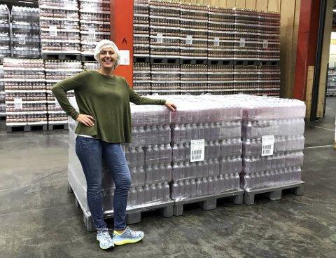 Det var et stolt øyeblikk da Ellen Nygård Nilsen i 2018 kunne posere foran de første pallene med Kilde proteinvann på Oscar Sylte-fabrikken i Molde.