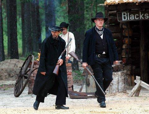 WESTERN: Har er bankranewre på gang i Deadwood City. Arve Grønvold (t.v.), Sigmund Andersson og Tom Vidar Mathiassen.