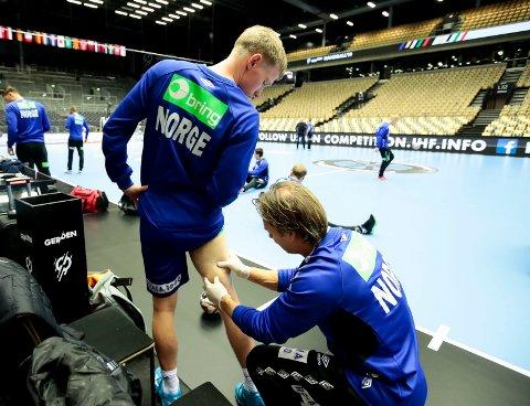 NATTARBEID: Magnus Jøndal får massasje på baksiden av låret av Tor Egil Skogly.