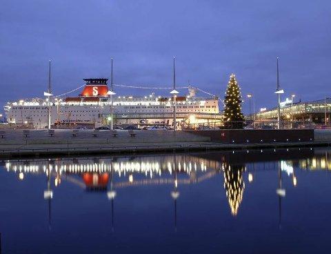 Sentral plass: Juletreet fra Drammen står på Berliner Platz i Kiel. Treet er noe av det første passasjerer med Stena Line ser når de ankommer Schwedenkaia.