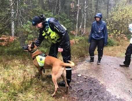 NORSKE REDNINGSHUNDAR: Knut Skår og hunden er på plass i Gjerdrum.