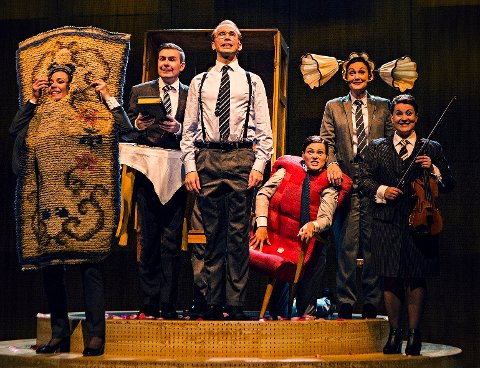 Høyt tempo: Alle skuespillerne er på scenen hele tiden i stykket. De gestalter til og med møbler. Erik André Hvidsten (i midten) spiller selveste Ingvar Kamprad, IKEAs far.