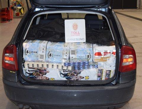 Ikke veldig godt gjemt: Smugleren hadde lagt et teppe over alkoholvarene og sigarettene som han prøvde å få ulovlig inn i landet.