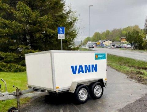 To vannvogner er utplassert etter en lekkasje på Skårasletta lørdag.