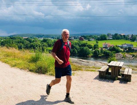 Petter Løkkeberg i spenstig gange på vei hjem ved utsiktspunktet ved Omberg på Glommastien. Sarpsborgs 40 stolper er tatt i løpet av formiddagen.