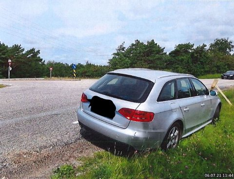 Dette bildet er bevis i klagesaken.  Bileieren mener det er et avgjørende poeng at bilen sto utenfor den hvite kantstripen. Kantstripen sees ved bilens bakhjul