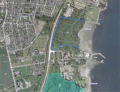 EIKESTRAND: Området som er streket inn med blått er Eikestrand, stedet som er spilt inn til kommunen som ny Vikingpark. I nedkant av bildet Langggrunn og i midten riksvei 19 mot søndre tunneltak.