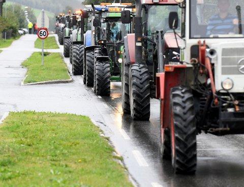Ragging med traktor i sentrum kan ikke Lom være bekjent av, mener Torgeir T. Garmo. Bildet er fra Traktorrock i Vågå i 2019.