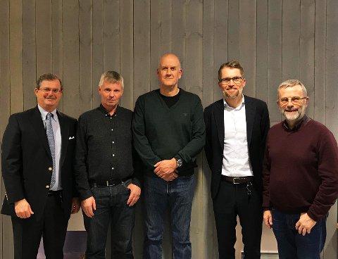 OPPKJØP: Løvenskiold Handel AS kjøper Maxbo Gran fra Gran Almenning AS. Fra venstre Carl Otto Løvenskiold, Torstein Johnsrud, Terje Martinsen, Thomas Støkken og Knut Narvestad
