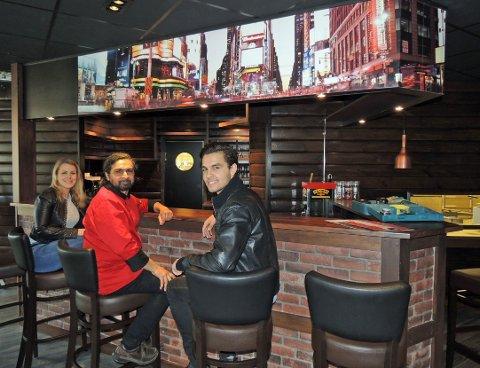 VELKOMMEN INN: Senterleder Daniella Mossberg og Sajjad og Feroz Rupani ønsker velkommen til nye American Pizza and Desserts.