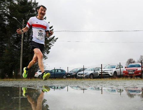 PYTT SANN: Stein Berge var en av deltakerne som trosset haglbyger, regn og stiv kuling under Karmøy Maraton i fjor.